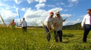 Presidente bielorusso Lukashenko insegna a falciare a Gerard Depardieu