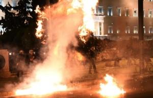 """Grecia, Tsipras: """"Non è nostro piano ma ci dà sicurezza"""". In piazza lancio bottiglie e bombe carta"""
