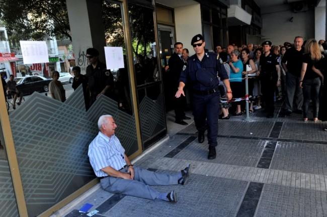 Grecia, vede FOTO pensionato che piange. Ricco australiano decide di aiutarlo