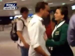 """Fiumicino, hostess della spinta al passeggero: """"Urlava ma gli chiederei scusa"""""""