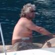 Beppe Grillo e Parvin Tadik, coccole e tenerezze in spiaggia in Sardegna