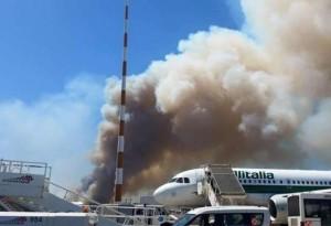 Fiumicino, incendio doloso blocca aeroporto. Roghi appiccati da più mani, timore sabotaggio