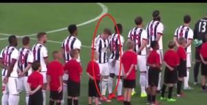 VIDEO YouTube - James McClean, giocatore irlandese di spalle a inno britannico