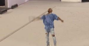 VIDEO YouTube - Kanye West tira microfono rotto mentre canta e lascia cerimonia