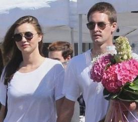 Miranda Kerr mano nella mano col nuovo fidanzato: eccoli romantici al mercato