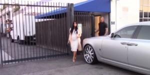 Kim Kardashian in dolce attesa: il vestito è attillato
