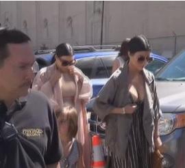 """Kourtney Kardashian e il suo seno """"bomba"""" batte il pancione di Kim"""