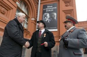 Mosca, Lenin e Stalin si prendono a ombrellate sulla Piazza Rossa