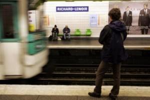 Lionel, clochard che distribuiva Cv in metro ha trovato lavoro: in ufficio da lunedì