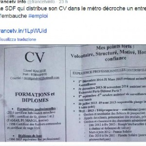 Lionel, il clochard che distribuisce curriculum in metro a Parigi