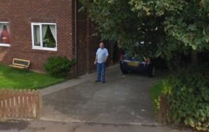 Donny Riding immortalato da Google mentre fuma una sigaretta davanti casa