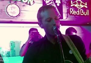 VIDEO YouTube - Coldplay, Chris Martin suona in un bar in India