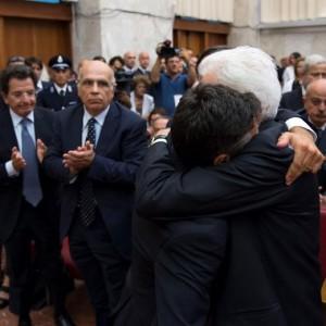 Il Presidente della Repubblica Sergio Mattarella abbraccia Manfredi Borsellino, figlio di Paolo, dopo il suo discorso in occasione della commemorazione, organizzata al Palazzo di Giustizia di Palermo dall'Anm, del 23/o anniversario dell'assassinio del giudice Paolo Borsellino (foto Ansa)