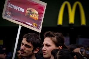 Milano, McDonald's chiude a Piazza San Babila. Era aperto dal 1984