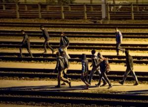 Calais, 1500 migranti assaltano eurotunnel per arrivare in Gb: 1 morto