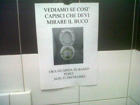Milano nei bagni in questura foto della tazza con mirino for Tazza del bagno