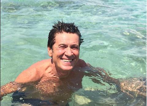 """Gianni Morandi, foto al mare: """"Devo stare attento alle minchie di mare"""""""