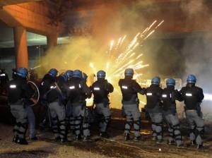 No Tav, scontri al cantiere di Chiomonte: fuochi d'artificio contro lacrimogeni