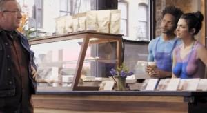 VIDEO YouTube - Nudi dietro bancone del bar: vestiti solo con body painting