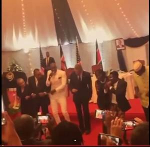 Barack Obama, danza afro-pop in Kenya