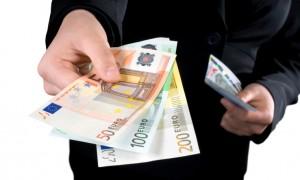 Crisi, gli italiani hanno ancora paura: i redditi 2015 saliranno più dei consumi