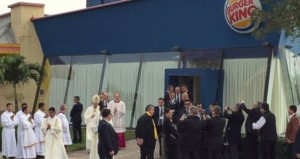 VIDEO YouTube - Papa Francesco si cambia da Burger King prima di dire messa