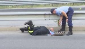 VIDEO YouTube: mamma papera chiede aiuto, polizia salva i piccoli