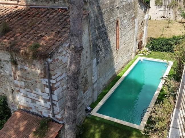 Pisa, piscina abusiva dietro la chiesa sconsacrata di San Zeno