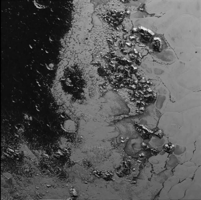 """Plutone, scoperta una seconda catena montuosa nel """"cuore"""" del pianeta"""