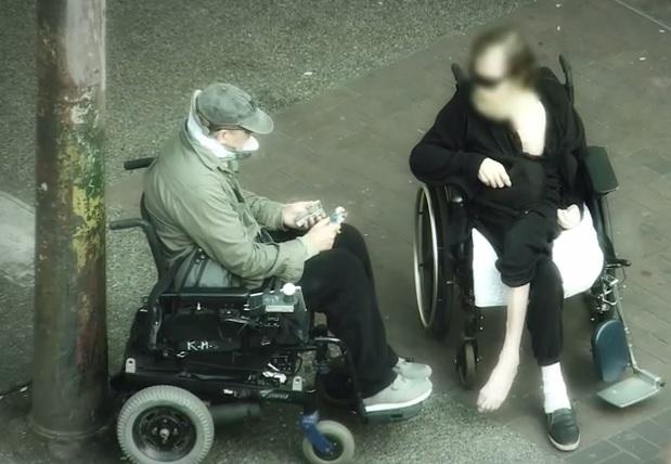 Canada, poliziotto si finge disabile in sedia a rotelle e...