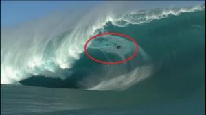 VIDEO YouTube. Niccolò Porcella, surfer italiano travolto da onda gigante