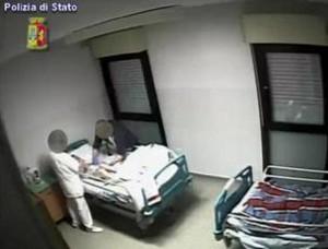 Prato: anziani picchiati, maltrattati e derubati in casa di riposo. Indagati in 17 VIDEO