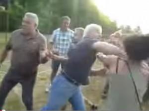 VIDEO YouTube. Pontida. Animalisti fischiano cacciatori: finisce in rissa