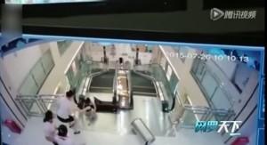 VIDEO YouTube - Stritolata da scala mobile: prima di morire mette in salvo il figlio