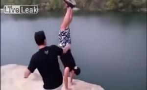 VIDEO YouTube. Ragazzo fa verticale sulla scogliera, amico lo spinge e cade