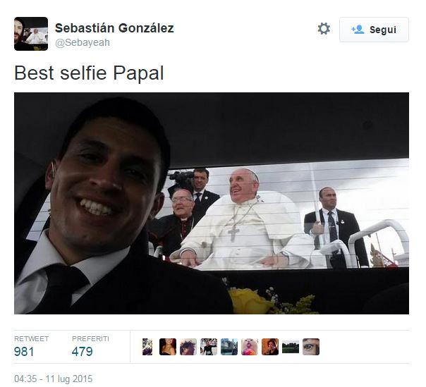 Papa Francesco finisce (involontariamente) nel selfie del suo autista FOTO