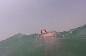 VIDEO YouTube - Rischia di annegare per forte corrente: salvata da un selfie stick