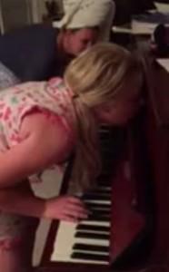 A 12 anni soffre di sonnambulismo: ripresa mentre suona il piano