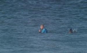 Mick Fanning, 34 anni, per tre volte campione mondiale, l'ultima delle quali nel 2014, è riuscito a salvarsi senza essere ferito, ed è uscito dall'acqua grazie all'aiuto degli ufficiali della World Surfing League.
