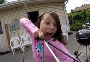 ragazzina di 11 lega il dente da latte alla balestra