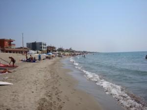 Torvaianica (Roma), si tuffa in mare dopo mangiato: morto un giovane di 18 anni