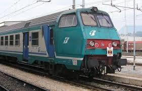 Cortona, treno fermo per ore in campagna. Passeggeri escono da finestrini