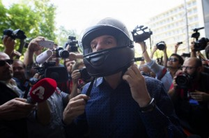 Varoufakis assalito dai giornalisti, cade motorino