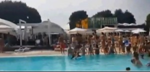 """Varese, gestori piscina a clienti: """"Tutti fuori, arriva il Milan"""". E c'è chi si indigna"""