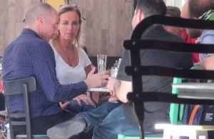 Yanis Varoufakis, seduto al tavolino di un bar, beve una birra in compagnia della moglie Danae Stratou e di alcuni amici