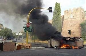 Roma, viale Castrense: Action e movimenti per la casa bruciano cassonetti FOTO