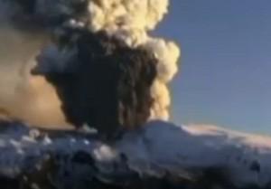 VIDEO YouTube - Eruzione vulcano Raung, paura in Indonesia: chiusi 5 aeroporti, turisti bloccati