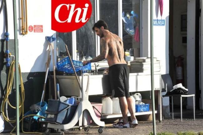 """Fabrizio Corona a lavoro nella comunità di don Mazzi: FOTO """"Chi"""""""