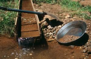 Adda, tutti a caccia dell'oro: cercatori setacciano il fiume
