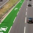 Corsia stradale che ricarica auto elettriche in corsa